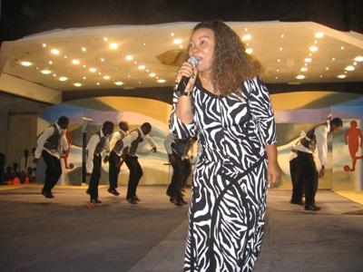 Mwimbaji wa nyimbo za injili, Flora Mbasha akitumbuiza wakati wa tamasha la pasaka kwenye ukumbi wa Diamond Jubilee, Dar es Salaam akiwa na wasanii wake.